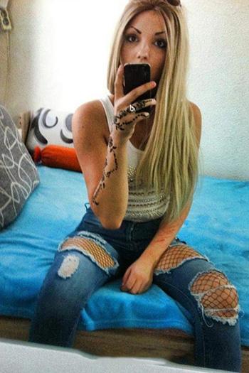 La puta escort turca Berlin Damla joven rubia ofrece un extenso servicio sexual