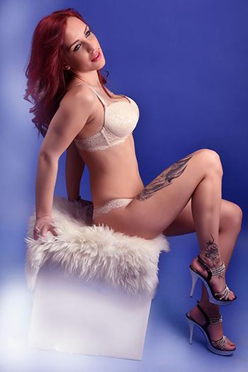 La diosa del sexo escort berlinesa Larisa ama todo tipo de sexo en el apartamento privado del hotel