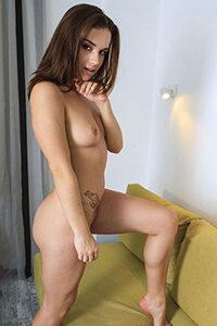 La modelo aficionada Iliana ordena discretamente una cita sexual con servicio de lame huevos a través de la agencia Escort Berlin